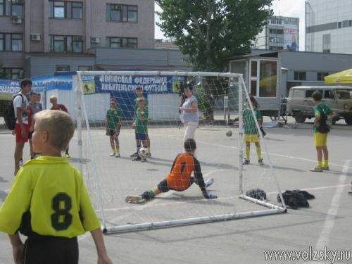 Кожаный мяч на улицах Волжского