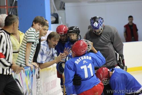 В Волжском состоялось открытие турнира по хоккею с мячом