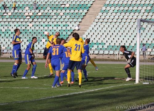 «Астрахань» забила 5 мячей, волжане пропустили 4