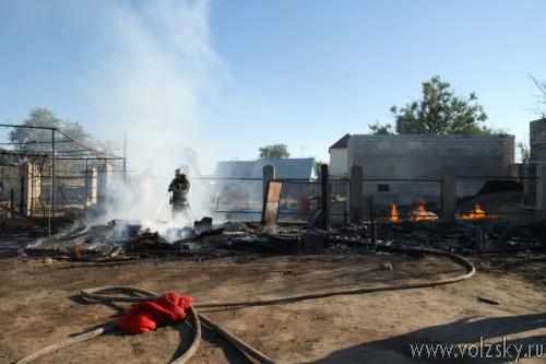 Дачу в Волжском тушили 4 пожарных машины