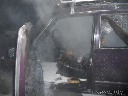 Этой ночью в Волжском подожгли сразу 2 автомобиля