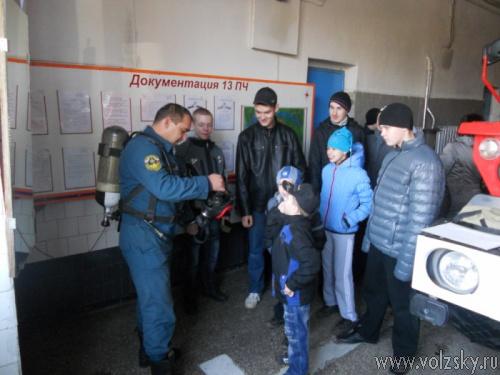 На днях в гости к волжским пожарным пришли дети-инвалиды