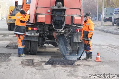 На дорогах Волжского начался ремонт литым асфальтом