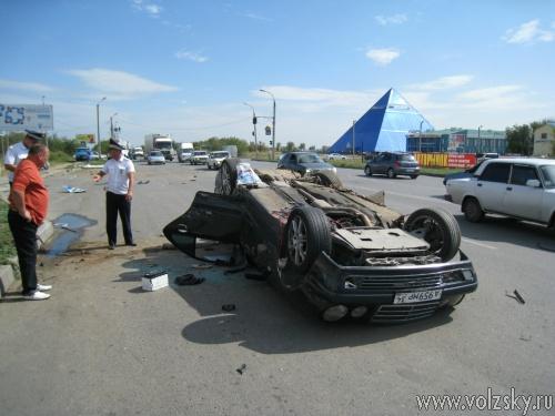 В Волжском автомобиль врезался в автобусную остановку