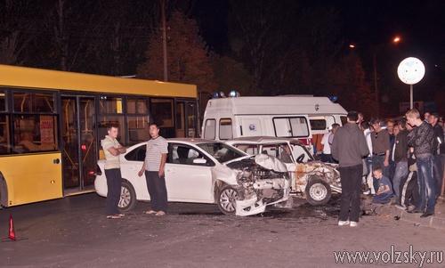 В Волжском лоб в лоб столкнулись два автомобиля
