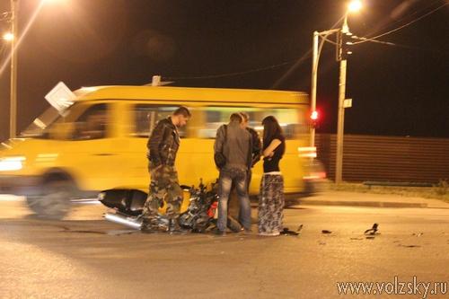 В Волжском мотоцикл столкнулся с автомобилем