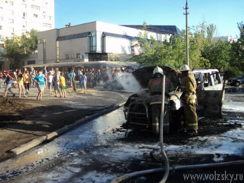 В Волжском полностью сгорел автомобиль UAZ Patriot