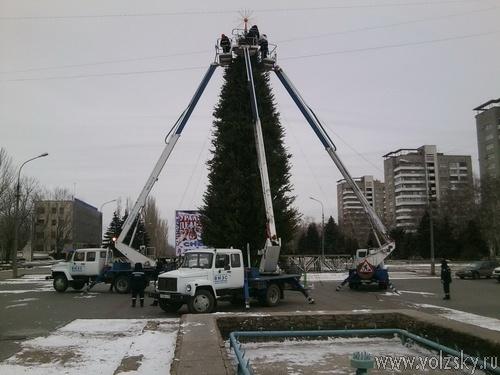 В Волжском установили главную новогоднюю ёлку