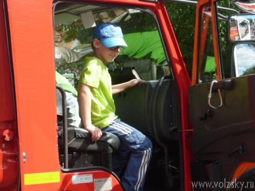 Волжские пожарные научили горожан бороться с огнем