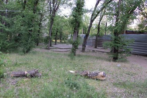 За памятником Карбышева теперь стройка