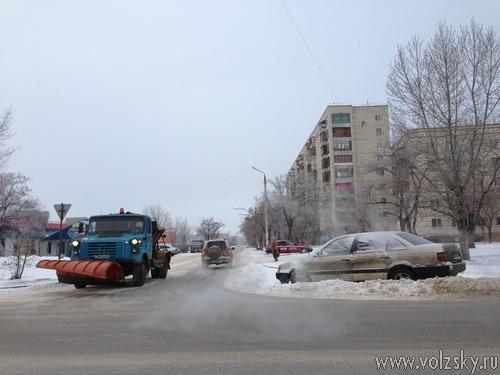 Неправильно припаркованные автомобили мешают уборке дорог
