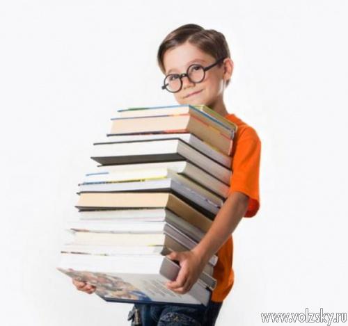 Фото ребенка с учебником 85