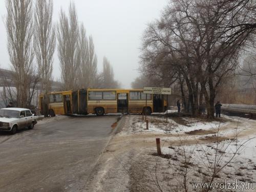 Скользкая дорога стала причиной ДТП пассажирского автобуса в Волжском