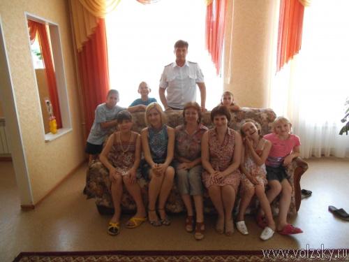 Сотрудники ГИБДД приехали к сиротам на праздник