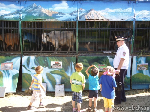 Сотрудники ОГИБДД Волжского сводили сирот в зоопарк