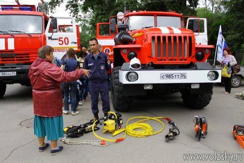 Спасатели показали свою технику юным волжанам
