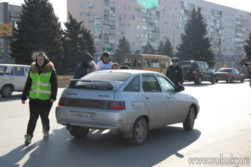 В Волжском автоледи вручали цветы сотрудники ГИБДД