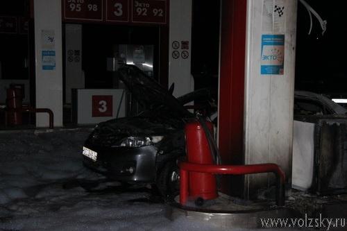 В Волжском автомобиль сгорел прямо на заправке