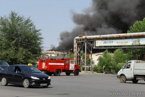 В Волжском горели заброшенные склады