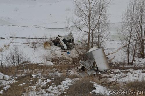 В Волжском грузовая Газель упала в 30-метровый обрыв