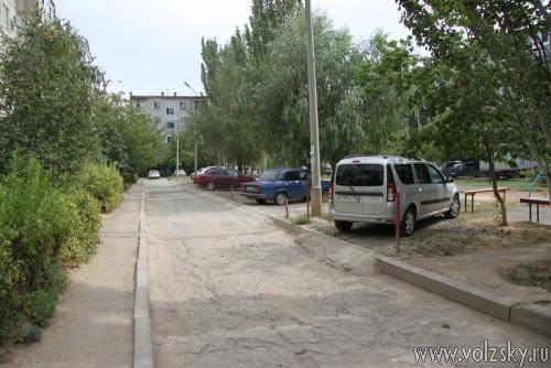 В Волжском разрушили дворовую парковку