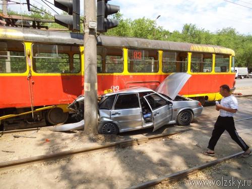 В Волжском таксист угодил под трамвай
