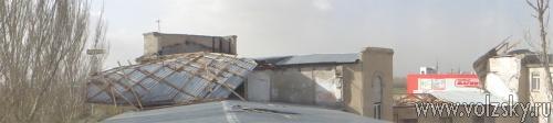 В Волжском у здания сдуло крышу
