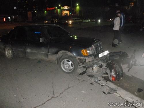 В Волжском водитель «Мерса» сбил скутериста