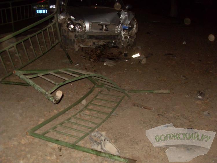 «Эпидемия» скорости: в Волжском лихачи снесли 3 дорожных ограждения и ель
