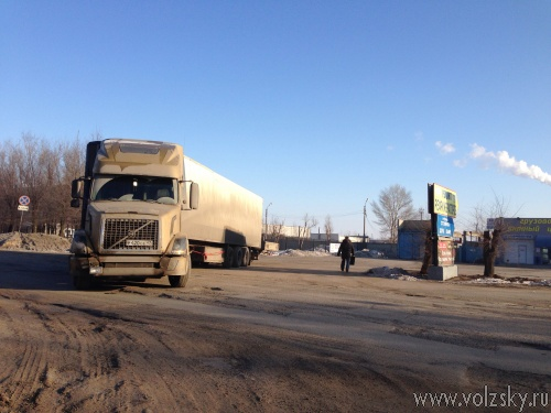 Фуры перегородили одну из улиц Волжского
