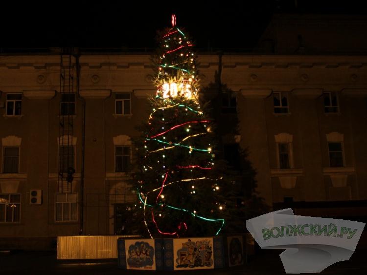 Две главные праздничные ёлки украшают Волжский