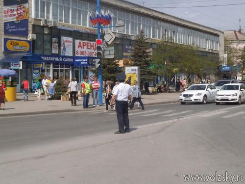 Инспектора ДПС устроили рейд у нового светофора в Волжском