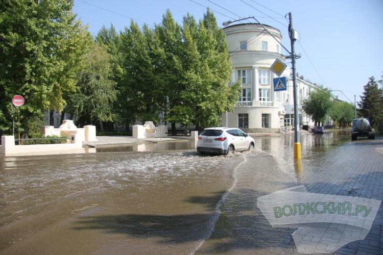 Ночной дождь затопил несколько улиц Волжского
