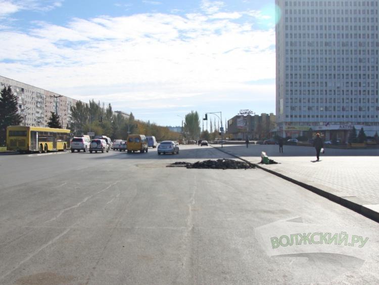 Провал асфальта на проспекте Ленина ремонтируют второй раз