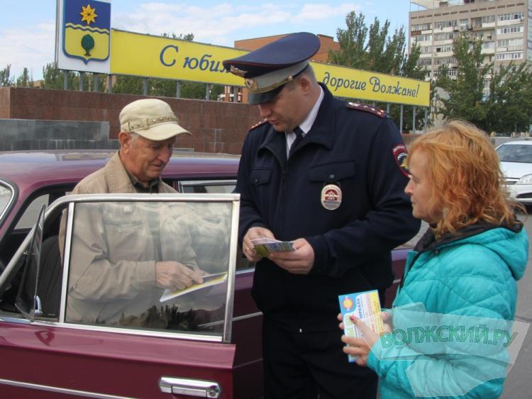 Сотрудники ОГИБДД поздравили водителей-пенсионеров