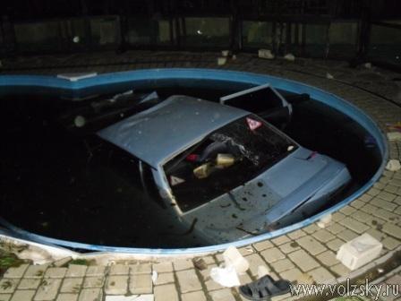 В Краснослободске автолюбитель утопил машину в чужом бассейне