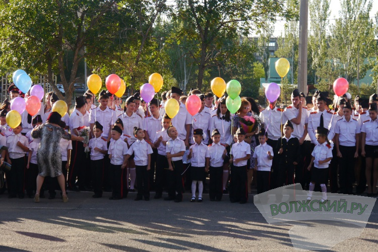 В школах Волжского прошёл День Знаний