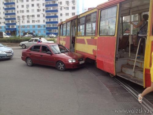 В Волжском автомобиль врезался в трамвай