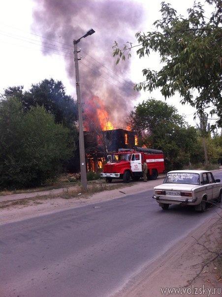 В Волжском горел дом