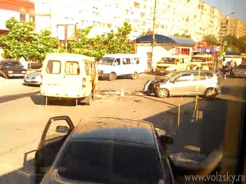 В Волжском маршрутка с пассажирами на скорости влетела в иномарку