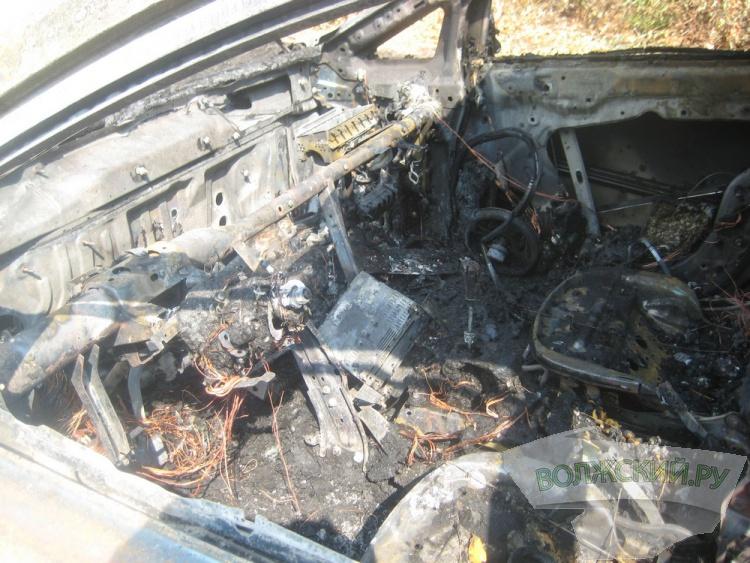 В Волжском «Mazda» сгорела «дотла»