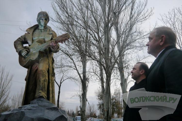 В Волжском открыли памятник Владимиру Высоцкому