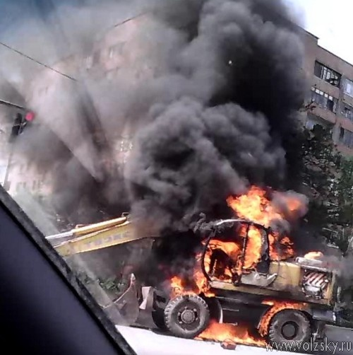 В Волжском посреди дороги вспыхнул экскаватор