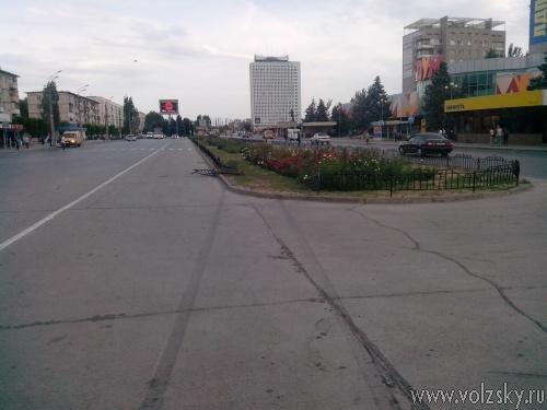 В Волжском разыскивается автомобилист, сбивший ограждение