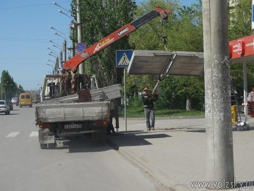 В Волжском сносят билборды