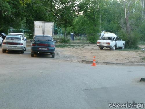 В Волжском в ДТП во дворе опрокинулась машина