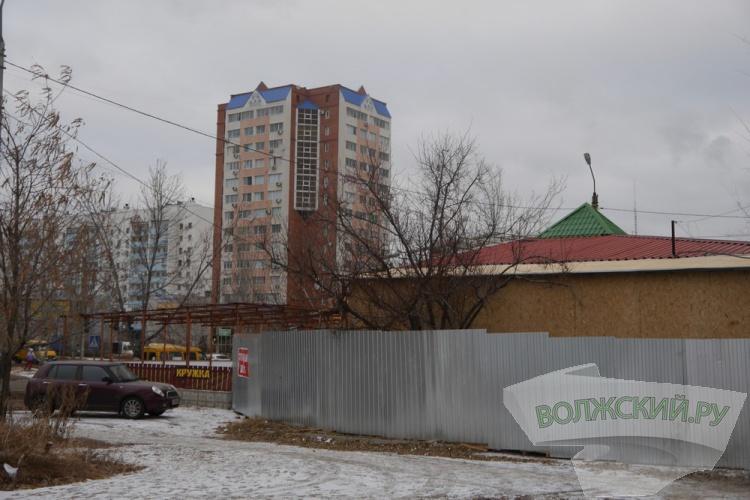 Владельцы кафе и ларьков продолжают рубить деревья в Волжском