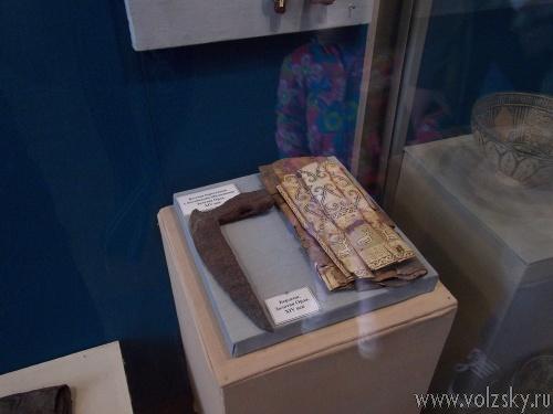 Волжане подарили волгоградскому музею сапоги и стрелу