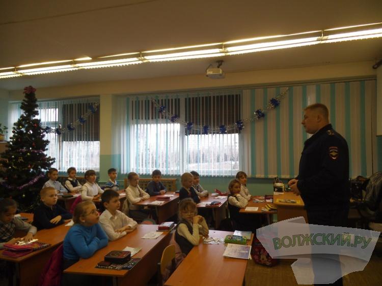 Волжские госавтоинспекторы присоединились к акции «Полицейский дед Мороз»