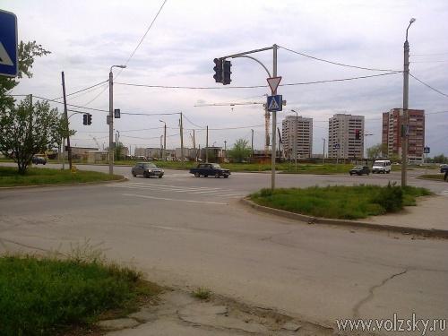 Волжский заполонили пешеходные переходы в никуда. Фотоподборка